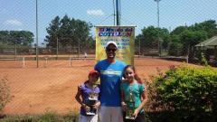 María Luz Abuin y Priscilla Landi, dos promesas del tenis misionero, junto a su entrenador Fernando Damus (Foto El Territorio)