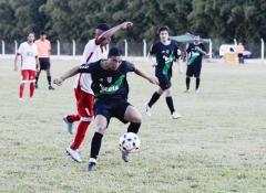 Huracán y El Brete igualaron 2 a 2 en el encuentro que cerró la 1ª fecha del Apertura (Foto Marcelo Rodríguez, El Territorio)