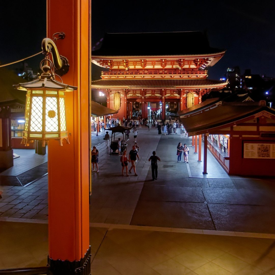 Con la noche, llega la calma a Sensō-ji