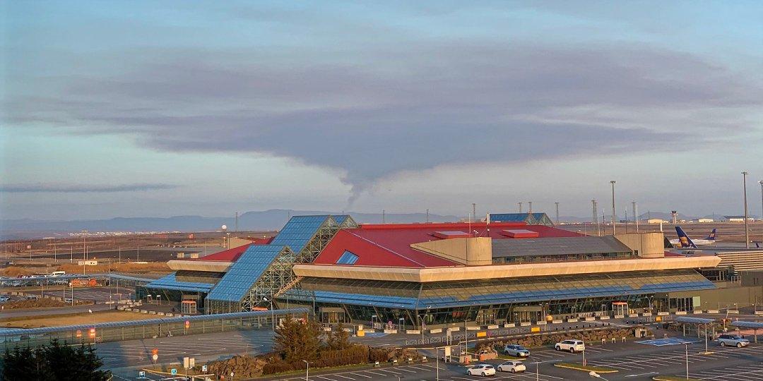Aeropuerto y columna de humo del volcán