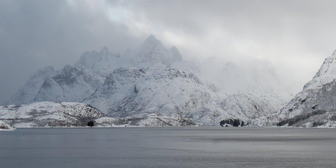 Las nubes abrazan el monte Rulten