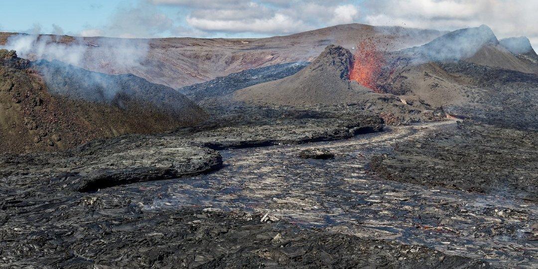 Volcán y río de lava