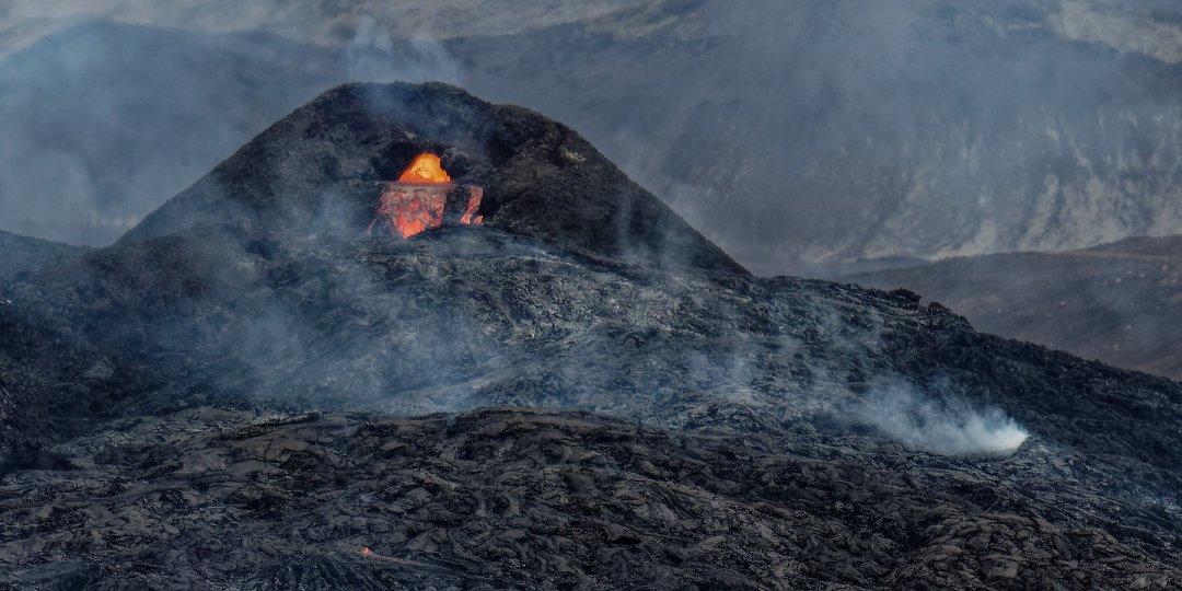 Cascada de lava desde el Fagradalsfjall