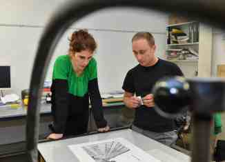Stipendiatin Hanna Nitsch mit Christoph Baranski in der Druckwerkstatt der Städtischen Galerie in Wolfsburg. Foto: Andreas Greiner Napp
