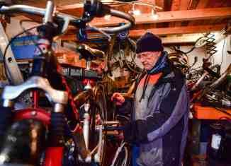 Michael Heinrich (rechts) und Klaus Bartsch reparieren Fahrräder für Geflüchtete. Foto: Andreas Greiner-Napp