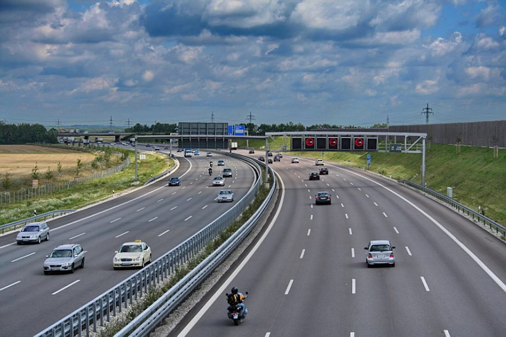 "出典: Wikipedia | ""Garching Bundesautobahn 9"" von Rl91 - Eigenes Werk. Lizenziert unter CC BY-SA 3.0 über Wikimedia Commons | https://commons.wikimedia.org/wiki/File:Garching_Bundesautobahn_9.jpg#/media/File:Garching_Bundesautobahn_9.jpg"
