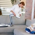 160402 Vorwerk Shop Mutter mit Kind saugt Sofa small