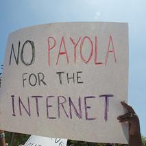 """""""No a los sobornos en Internet"""" dice el cartel de un activista pro neutralidad en la red. BY ( Steve Rhodes) NC - ND"""