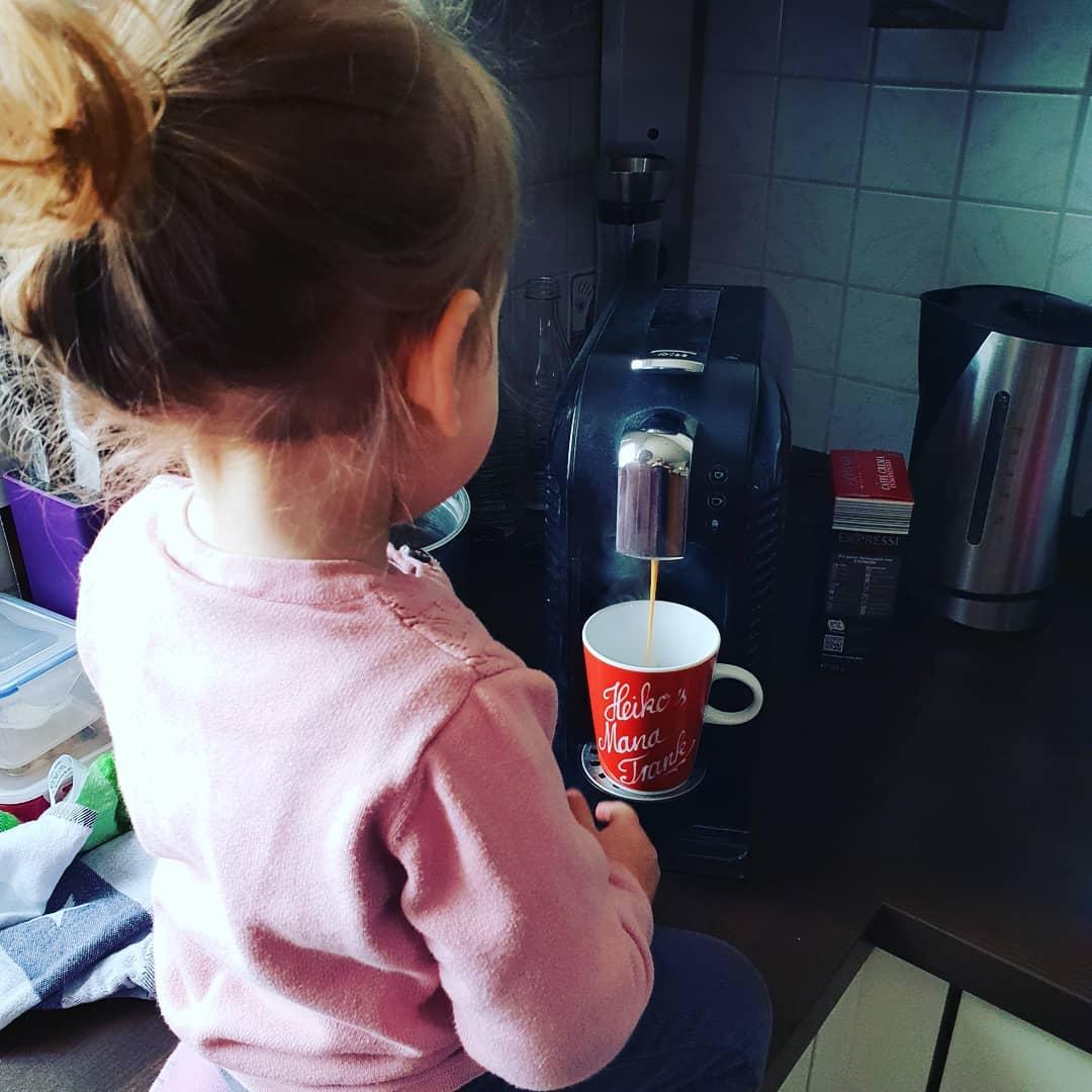 Meine Frau meinte, Ziel ist es unsere Tochter zur Selbstständigkeit zu erziehen. Gezeigt wie man Papa Kaffee macht. Check