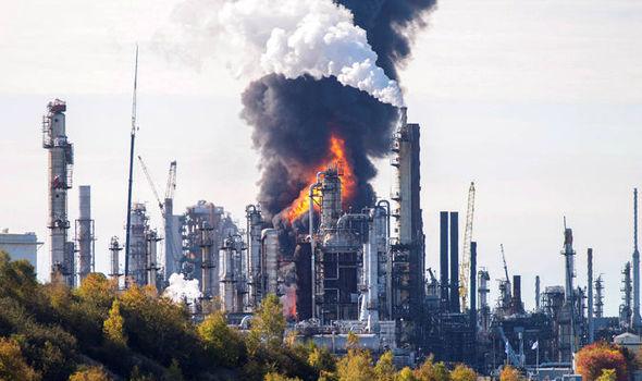 Verdens største oljeanlegg brenner. I praksis er også USAs Midt-Østen-politikk i brann.
