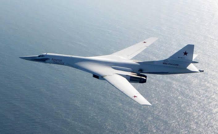 Et russisk bombefly, TU 160, fløy fra 2 F-35 jagerfly over Japanhavet.