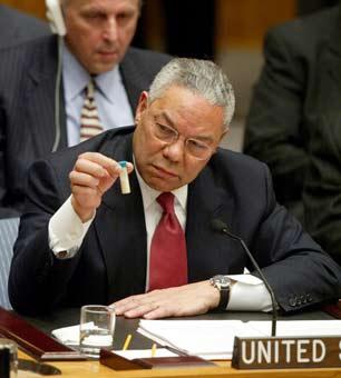 USAs utenriksminister Colin Powell legger frem konspirasjonsteorien i FNs sikkerhetsråd. Ble brukt til en krig som kostet en million livet.