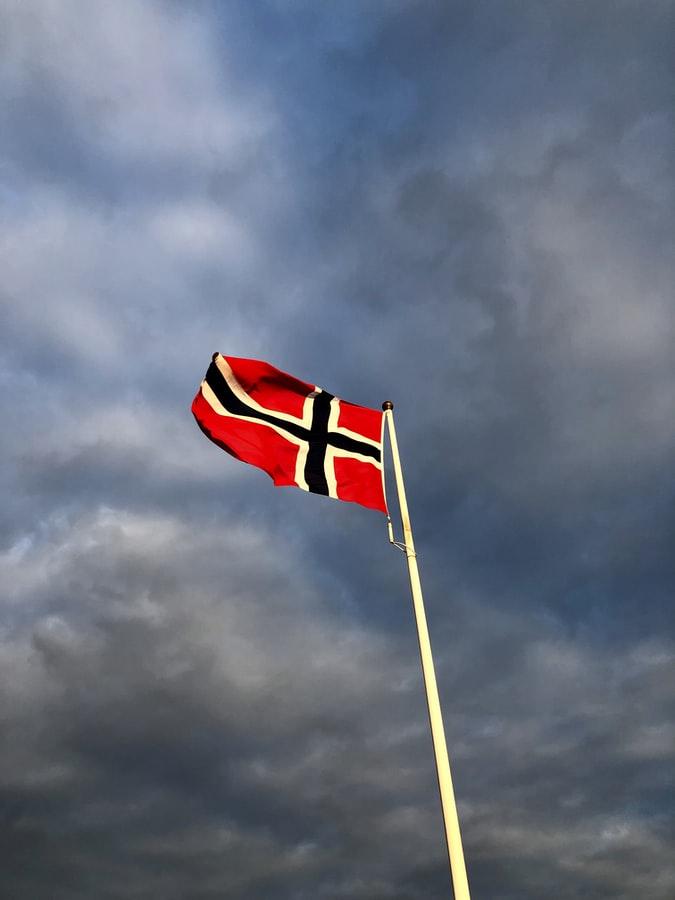 Oslo vedtok at ikke mer enn 10 personer kan samles privat. Kan en gjøre dette ifølge grunnloven? Hva skjer hvis dette blir permanent?