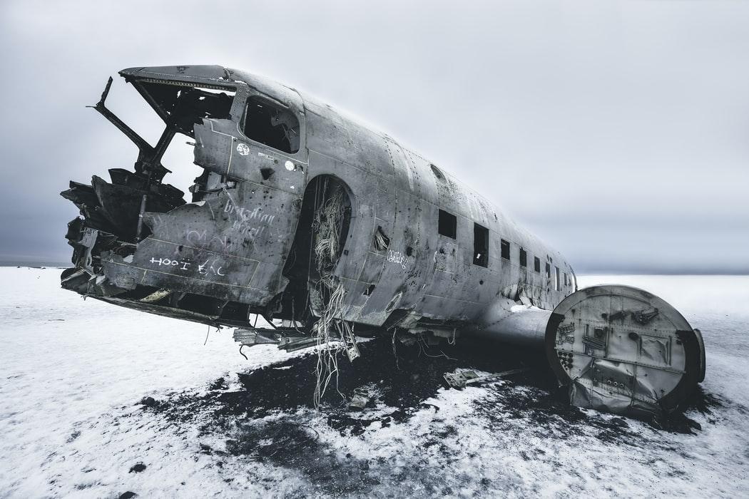 To passasjerfly styrter. Hullene er vidt forskjellige og et mangler vrakrester.