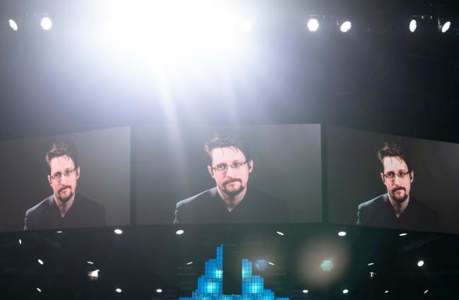 Edward Snowden avslørt USA totale overvåkning. Han måtte flykte til Russland. Nå søker han om russisk statsborgerskap.