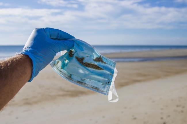 Ansiktsmasker brukes i hytt og pine. Men etter en gangs bruk er jo dette forurenset materiale.