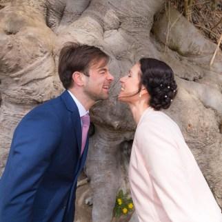 Brautpaar vor Baumwurzel