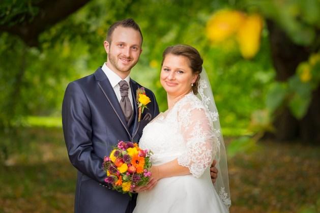 Brautpaar im Herbstwald