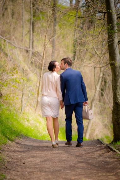 Brautpaar von hinten davonschreitend