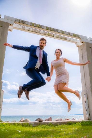 Brautpaar nach der Hochzeit springend