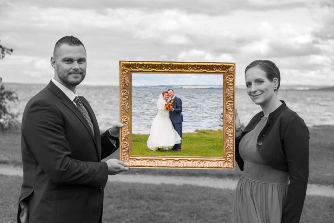 Hochzeitspaar mit Trauzeugen und Bilderrahmen