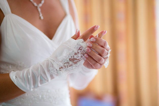 Braut mit Spitzenhandschuh vor der Hochzeit