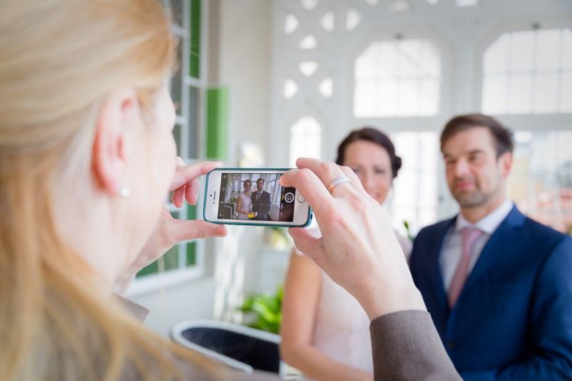 Mutter macht Foto vom Brautpaar