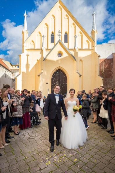 Auszug mit Gästespalier nach der Trauung