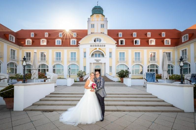 Hochzeitspaar vor dem Kurhaus in Binz