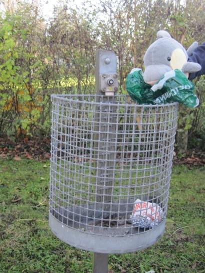 FINN sammelt achtlos weggeworfene Tüten. (Foto: Susanne Gugeler)