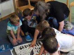 Hier zeigen uns die Kinder, welche Delfin- und Walarten sie kennen. (Foto: Rüdiger Hengl)