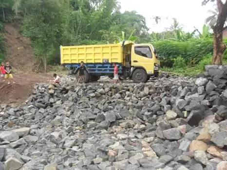 Pembangunan Cekdam Sungai Dermaji Memasuki Tahap Pengedropan Material