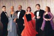 Vijf top zangers en een pianiste, samen het Neva-ensemble vormend, geven een concert
