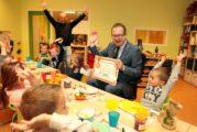 Burgemeester getrakteerd op gezond ontbijtje door leerlingen Mariaschool