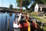 Bemanning skûtsje Lutgerdina trots op haar eigen ligplaats bij de sluis