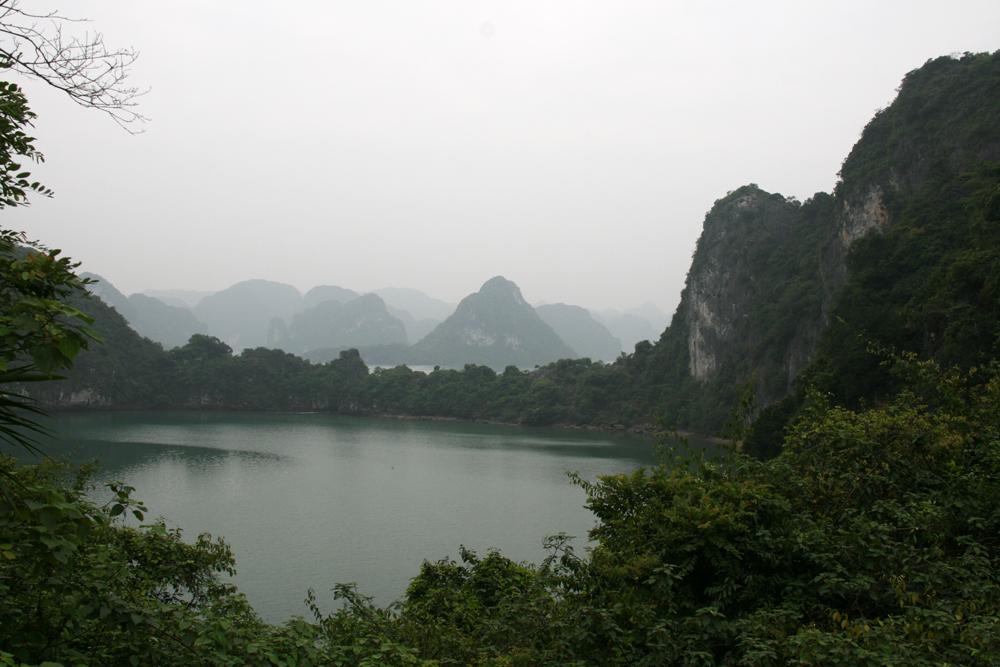Vue d'une mer intérieure dans la baie d'Halong