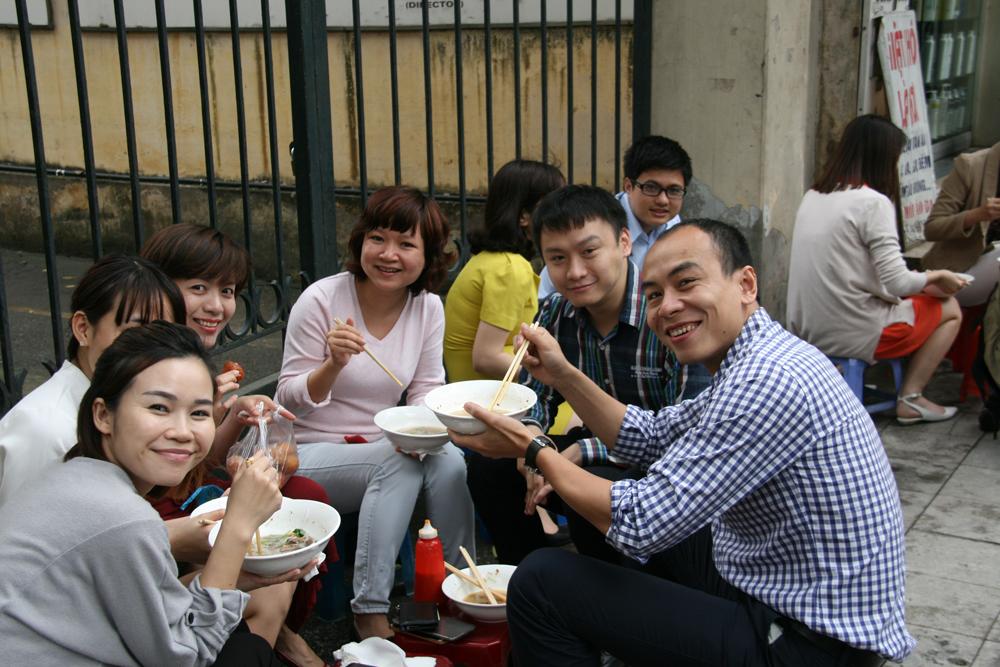 Déjeuner dans la rue à Hanoï