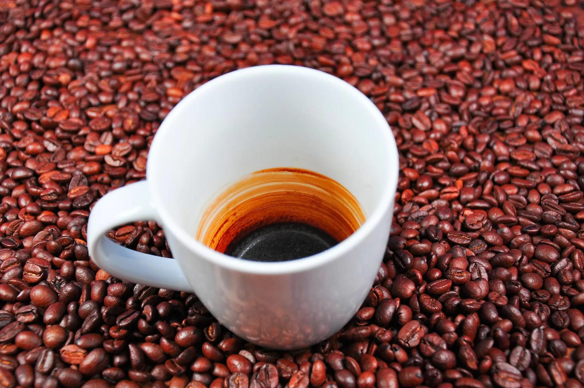 riutilizzare i fondi del caffè per le pulizie della casa ed eliminare i cattivi odori