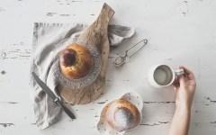 Brioche col tuppo al caffè: la colazione perfetta per le vacanze.