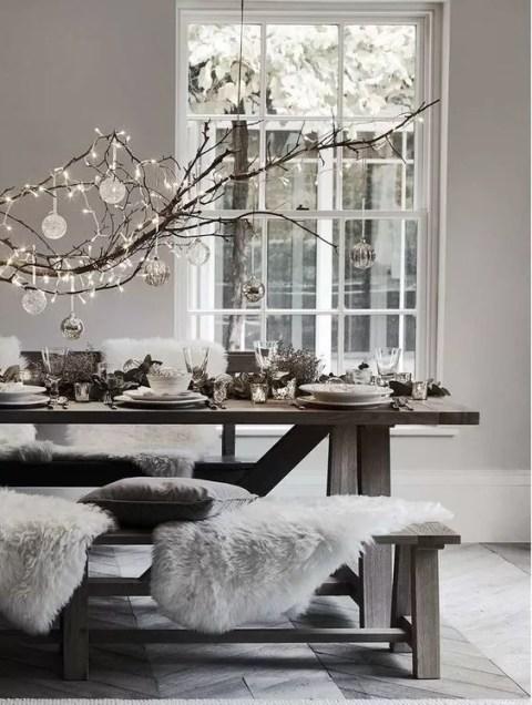 Tavola di Natale in stile nordico con pelliccia bianco e led