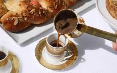 """""""Kafes ellinikos"""", il (dolcissimo) rito del caffè in Grecia."""