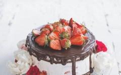 Come preparare la naked cake alle fragole, una torta facile, (deliziosa) e scenografica!