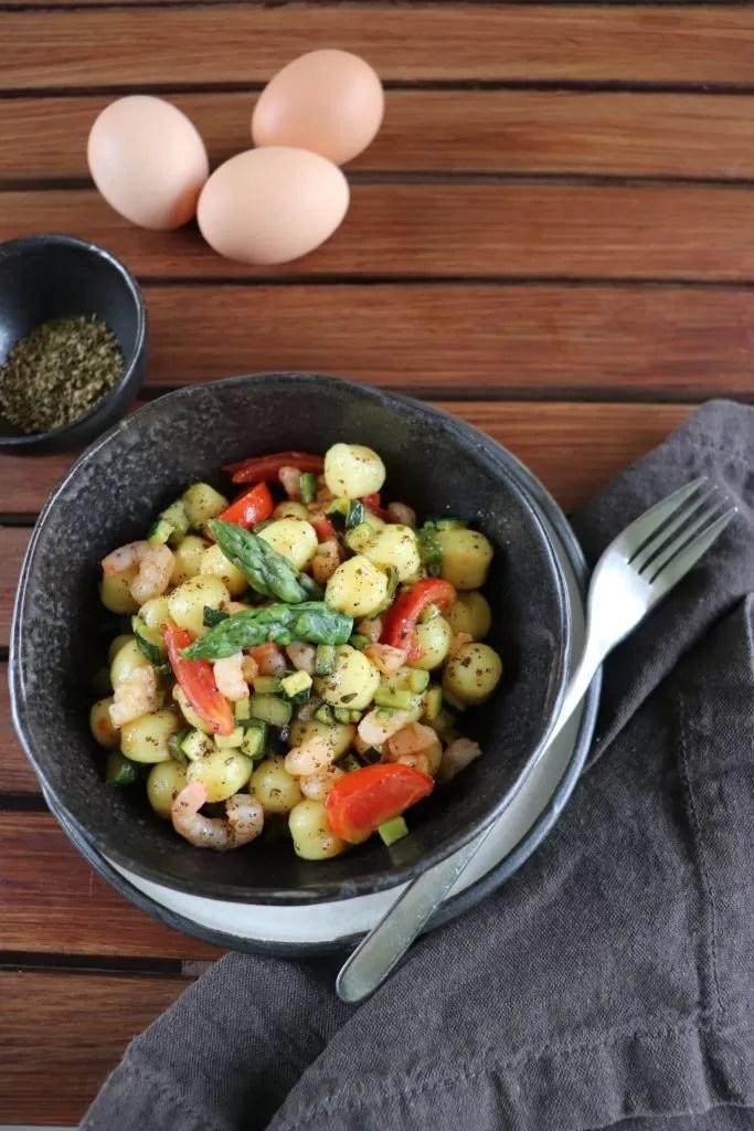 Gnocchi al caffè con gamberetti e verdure croccanti