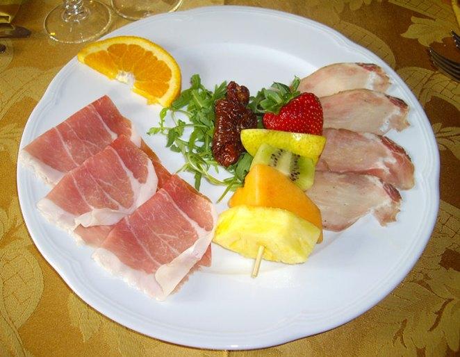 Crudo di Bosses con Rosa d'Aosta e spiedino di frutta