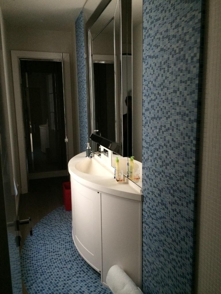 meuble de salle de bain avec plan de travail
