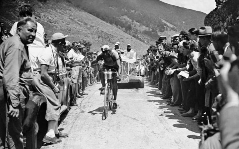 Albert Bourlon remporte sa première étape du Tour de 1947 au terme d'une échappée de 253 km.