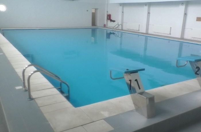 Bazinul de înot de la școala 7, deschis tuturor elevilor. Vezi aici cum îți poți înscrie copilul la cursuri de înot