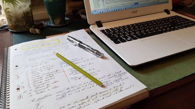 Coucher le plan de l'histoire sur le papier