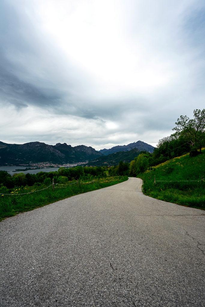 Estrada com o Lago de Como
