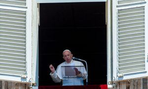 Pope holds Angelus noon prayer